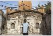 شاب داخل كنيسة انجيلية دمرت على ايدي المسلمين المتطرفين