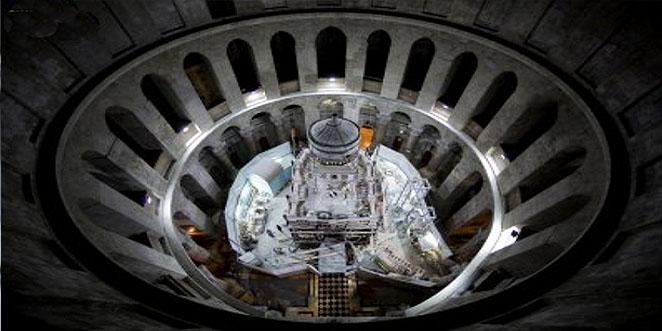 فتح قبر السيد المسيح وسطوع بصيص نور ورائحة طيب ذكية بعد نزع طبقة الرخام
