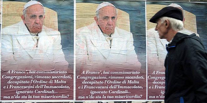 ملصقات معارضة للبابا في روما